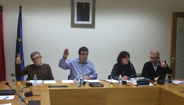 Momento de la votación con el alcalde, Mario Fabo, en el centro de la imagen.