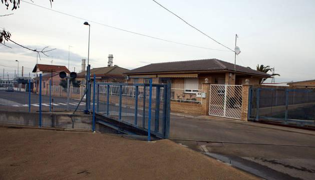 Imagen de la zona en la que se levanta la calle cuando pasa un tren, con una casa junto a ella.