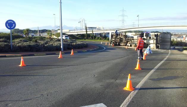El vuelco de un camión en Tudela corta la salida a Logroño por la N-121C