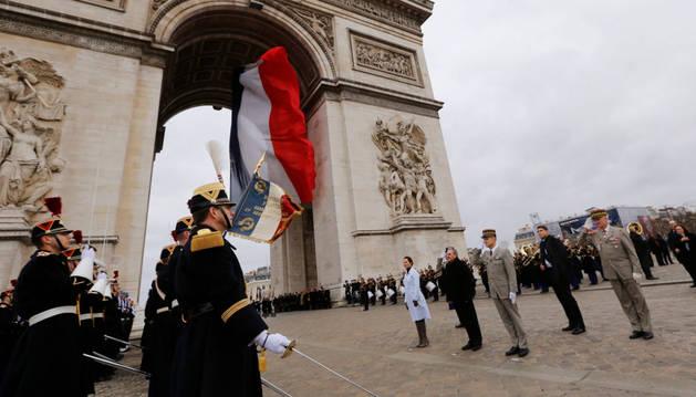 Raúl Castro asiste a una ceremonia bajo el Arco del Triunfo en París.