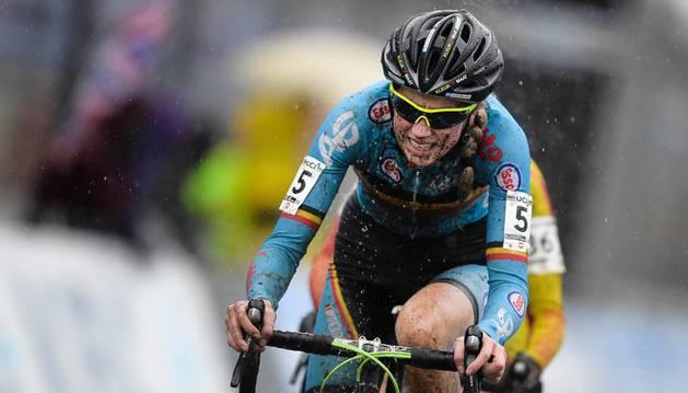 Femke Van den Driessche, investigada tras serle descubierto un motor en la bicicleta.