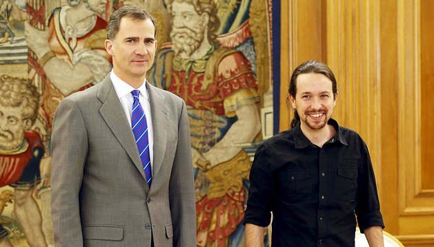 Felipe VI y Pablo Iglesias posan juntos.