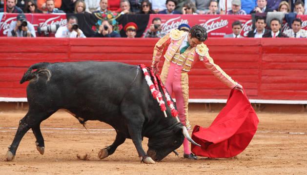 El torero español José Tomas lidia su primer toro de la tarde.