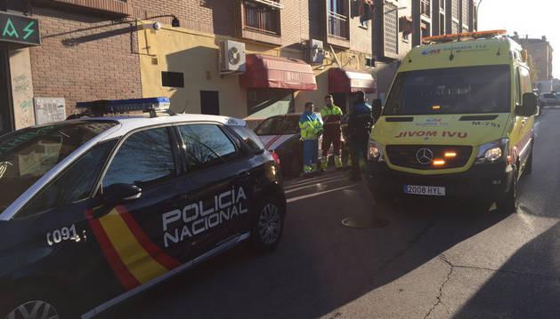 Policía y personal médico en el lugar del suceso, en Parla.