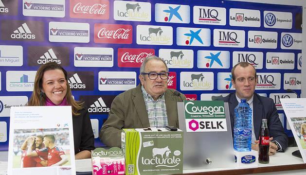 Ana Díez Fontana, directora territorial de CaixaBank en Navarra, Luis Sabalza, presidente del C.A. Osasuna y Pablo Andoño, director de Banca Retail de CaixaBank en Navarra.