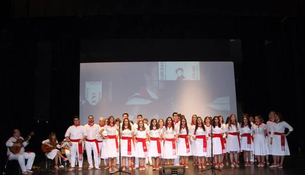 Algunos de los participantes en el VIII Certamen de Jotas Villa de Milagro interpretan una pieza sobre el escenario.