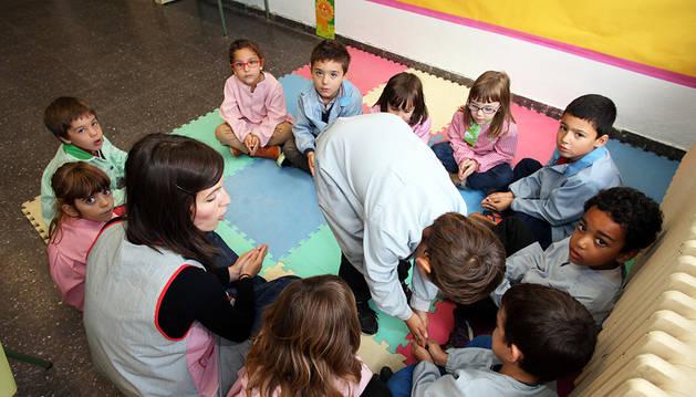 Alumnos de Primaria realizan juegos en euskera en el Colegio Público San Bartolomé de Ribaforada.