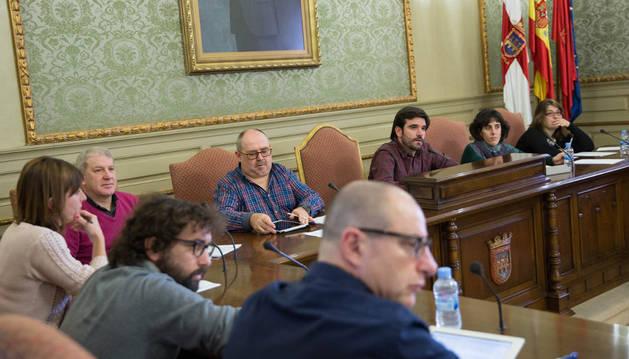El alcalde, Eneko Larrarte (tercero por la derecha), junto a otros concejales en el pleno.