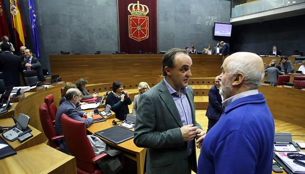 Javier Esparza conversa días atrás en el Parlamento con José Luis Mendoza.