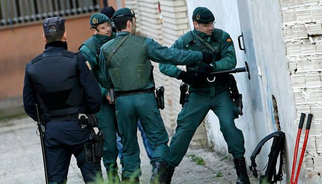 Agentes de las Fuerzas y Cuerpos de Seguridad del Estado durante el registro efectuado en la sede de la peña Indar Gorri.