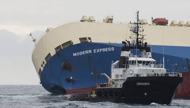 El carguero panameño 'Modern Express' a la deriva en alta mar en el golfo de Vizcaya en Francia.