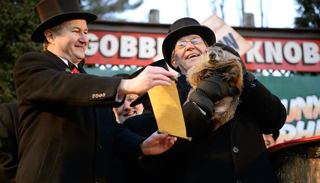 Miembros del club de la Marmota celebran la predicción de la marmota Phil.