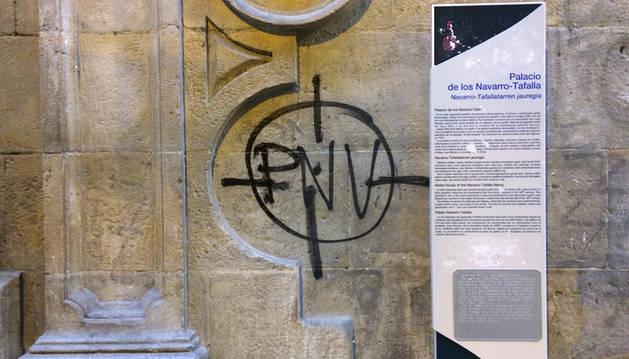 Pintada en la sede del PNV de Navarra en la calle Zapatería de Pamplona.