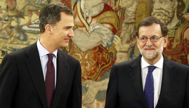 Felipe VI y Rajoy, posando ante los medios en el Palacio de la Zarzuela.