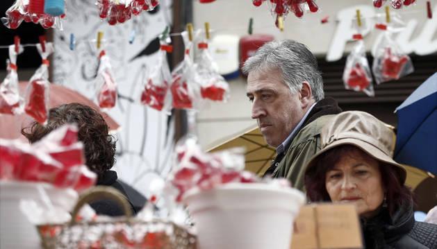 El alcalde Joseba Asiron visita el mercadillo de San Blas.