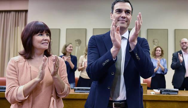 Pedro Sánchez, junto a Micaela Navarro, en la reunión con el grupo parlamentario socialista.