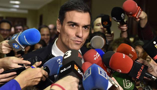 Pedro Sánchez atiende a los medios.