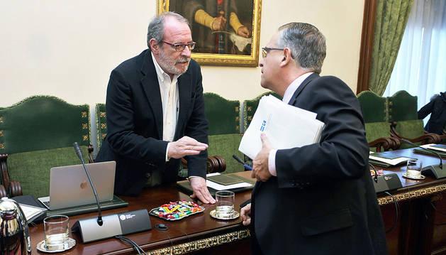 Iñaki Cabasés (Geroa Bai) habla con el regionalista Enrique Maya momentos antes del pleno de ayer.
