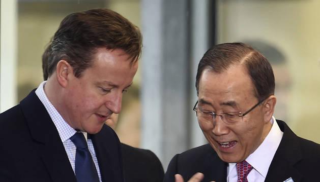 El primer ministro británico, David Cameron, conversa con el secretario general de la ONU, Ban Ki-moon.