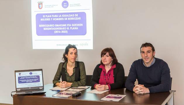 Amaia Zalba, técnica; la concejal Ana Estepa y el concejal Raúl Maiza.