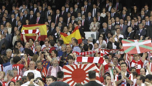 Momento en que los silbidos de los aficionados del Barça y del Athletic trataron de tapar el himno en la final de Copa.