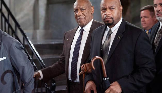 El actor estadounidense Bill Cosby (c) sale de la Corte del Condado Montgomery este miércoles.