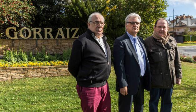 Arturo Azpíroz, Manuel Pozo  y Primitivo Burgos posan a la entrada de Gorraiz.