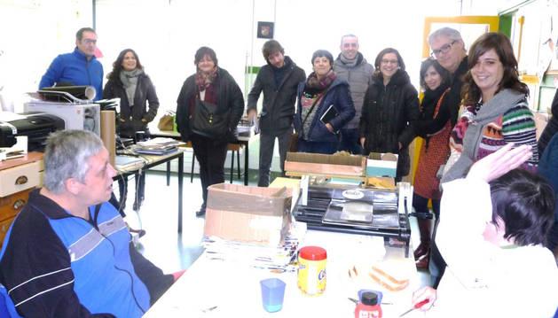 Parlamentarios, responsables del centro y concejales, el pasado miércoles, con usuarios del taller ocupacional Okile.