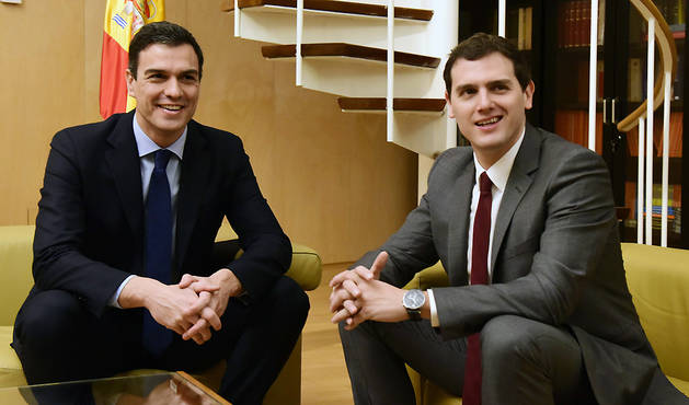 El secretario general del PSOE, Pedro Sánchez (i), y el presidente de Ciudadanos, Albert Rivera, durante la reunión que han mantenido en el Congreso.