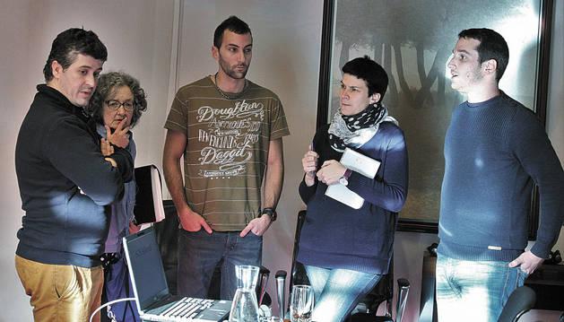 Los miembros de SOS Alkerdi Patxi Iriarte, Malen Vilches y Jon Arrieta.