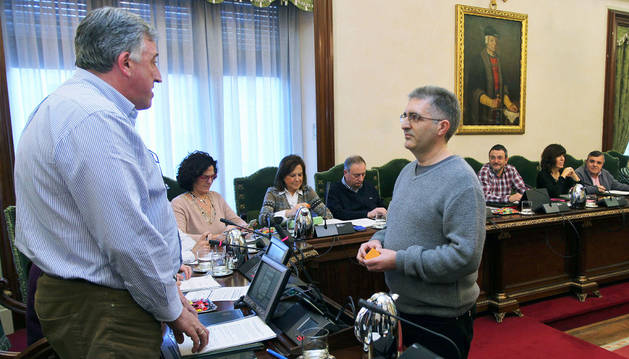 Alberto Labarga toma posesión como concejal delante de Asiron.