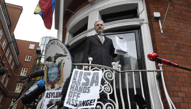 Assange celebra en el balcón de la Embajada una