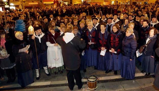El coro de la peña Muthiko Alaiak en el Ayuntamiento de Pamplona.