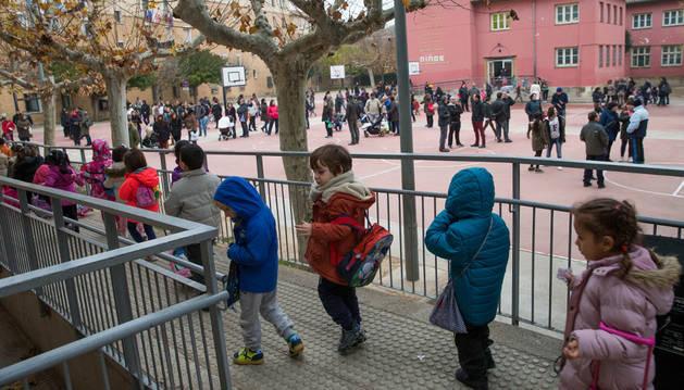 Alumnos del colegio Elvira España de Tudela salen al patio tras terminar las clases.
