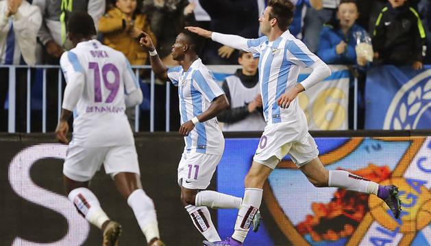 Los jugadores del Málaga celebran el segundo gol del partido.
