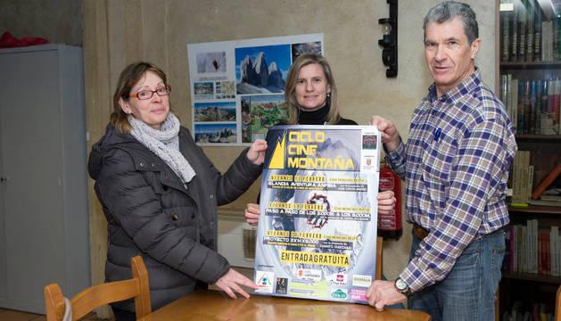Mayka Sola Nevot, Mariola Llera Gayarre y José Luis Felipe Pérez con el cartel  anunciador.