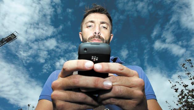 Un joven con un teléfono móvil.