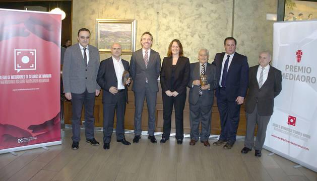 Miembros de la Junta Directiva del Colegio de Mediadores de Seguros de Navarra posan junto con los premiados, Pello Echarri y Carmelo Eraso.