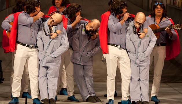 La chirigota 'Si me pongo pesao me lo dices', durante la final del Concurso Oficial de Agrupaciones Carnavalescas.