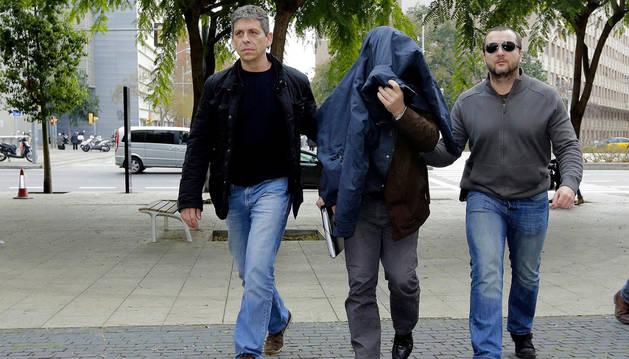 Joaquín B. (c), el exprofesor de gimnasia del colegio barcelonés de los Maristas de Les Corts acusado de abusos sexuales, a su llegada a declarar.