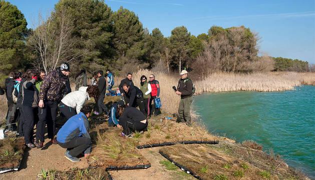 Los voluntarios preparan las islas flotantes.