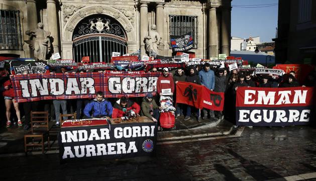 El grupo de aficionados de Osasuna Indar Gorri, frente al Ayuntamiento de Pamplona.