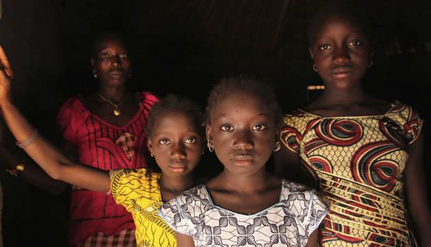 Una mujer y sus hijas en Cambadju (Guinea Bisau). El pueblo es el primero en el país que ha renunciado a practicar la ablación genital.