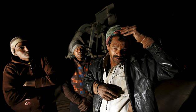 Unos trabajadores, tras el terremoto de Nepal.