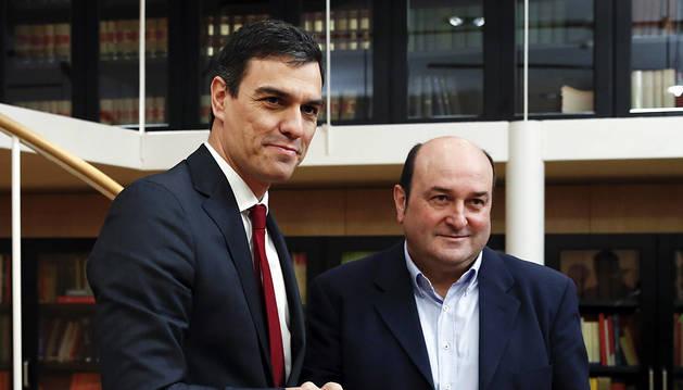 El secretario general del PSOE, Pedro Sánchez (i), se reúne con el presidente del PNV, Andoni Ortuzar.
