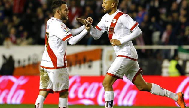 Quini Marín y Bebe celebran uno de los goles del Rayo.