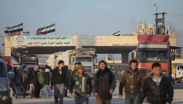 Civiles sirios en la frontera entre Turquía y Siria.