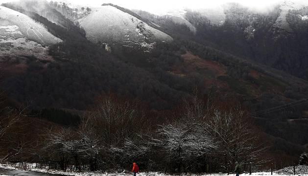 El Alto de Ibañeta que amaneció este domingo con una ligera nevada que ha blanqueado los montes cercanos a Roncesvalles en una jornada en la que la AEMET anuncia que la cota de nieve bajará de los 1.000 a los 800 metros, las temperaturas máximas descenderán y las mínimas bajarán.