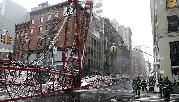 Una grúa que era colocada en posición segura por los vientos que afectaban este sábado a Nueva York se desplomó y, en el accidente, murió una persona y otras tres resultaron heridas en el barrio comercial de Tribeca, una parte del cual ha sido aislada para varios días, informaron fuentes oficiales.