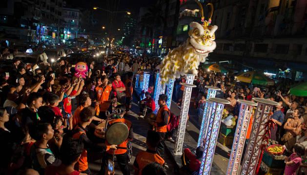China celebra el Año del Mono con pocos fuegos artificiales